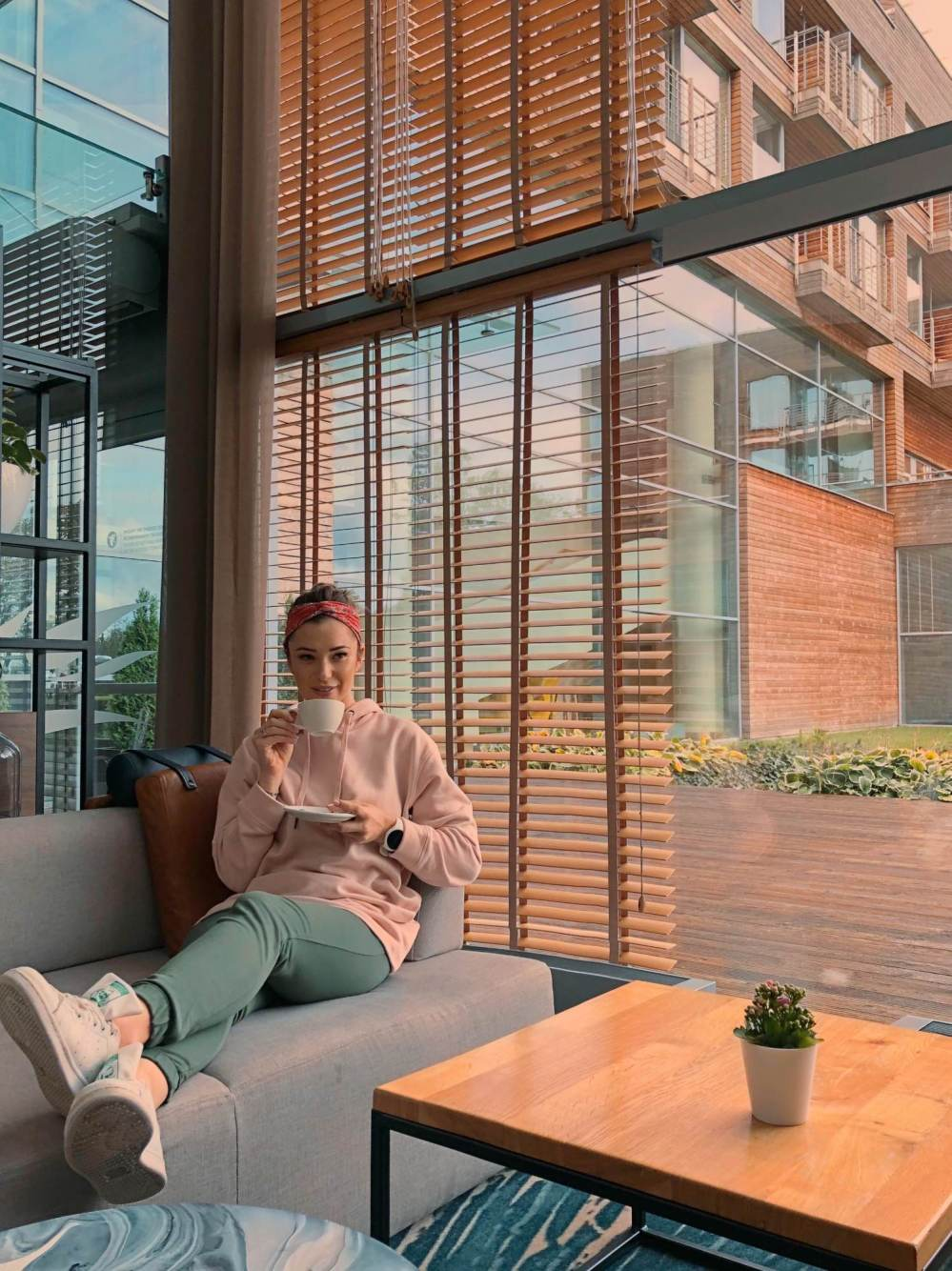 Agnieszka Wesolowska pije kawe patio Marriot Sopot wesowow