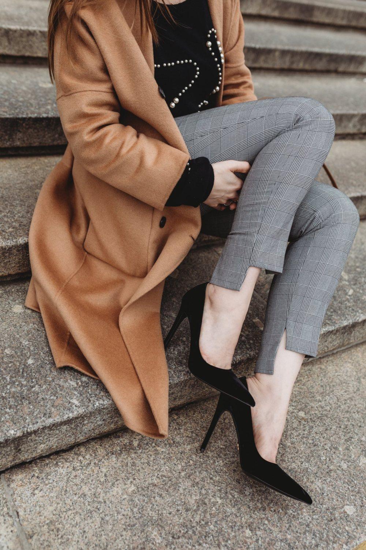 kamelowy plaszcz elegancka stylizacja detale