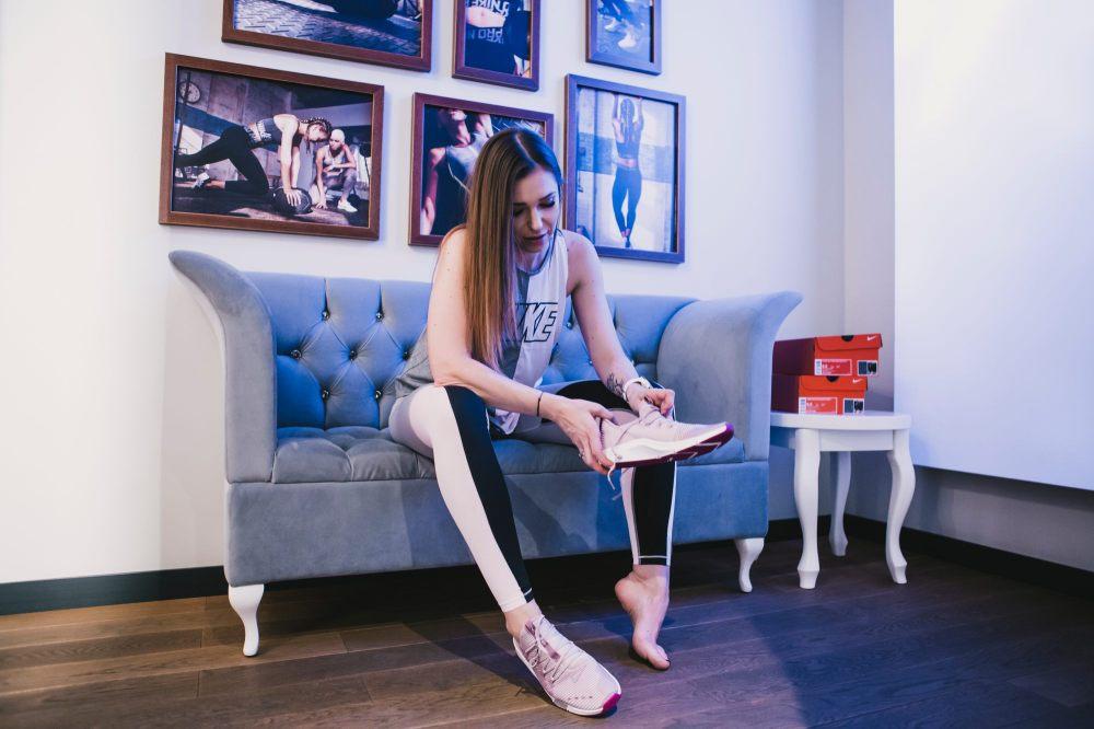 Agnieszka Wesolowska w sklepie for pro mierzy buty