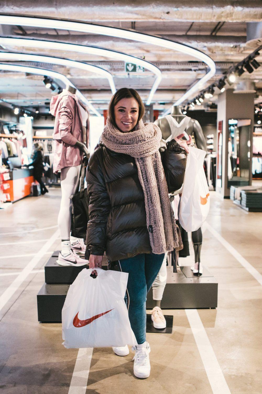 Agnieszka Wesolowska w sklepie for pro robi zakupy
