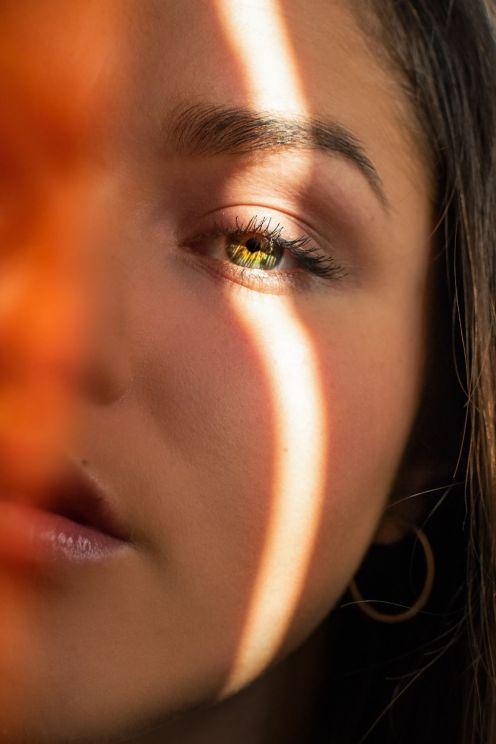 kobieca twarz w promieniu swiatla